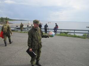 Maakuntakomppanialla on pallo hallussa. Partio löysi pallon Iso-Hiue - saaren rannoilta tiedustelun yhteydessä